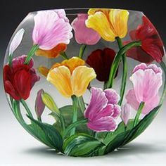 Discover thousands of images about Hand-painted Tulips Painted Glass Vases, Painted Wine Bottles, Glass Bottle Crafts, Bottle Art, Pebeo Porcelaine 150, Vase Transparent, Glass Painting Designs, Hand Painted Wine Glasses, Bottle Painting