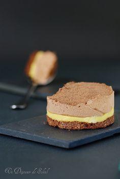 Entremet chocolat passion - dacquoise chocolat, crémeux passion, mousse chocolat passion.