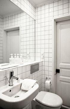 Biała łazienka z kwadratowymi płytkami