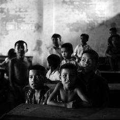Crianças vietnamitas em uma escola, nomes, data e local desconhecido