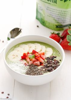 Matcha Green Tea Smoothie Bowl - easy to make for a quick nutritious and delicious breakfast/snack.