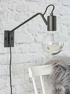 Minimalistická nástěnná lampa z nové podzimní kolekce podtrhuje j