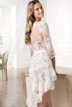Prachtige korte stijl bruidsjurk gemaakt van fijn kant. De top heeft lange kanten mouwen en heeft een mooie halslijn welke prachtig bewerkt is. De jurk wordt helemaal op de hand en op maat gemaakt.