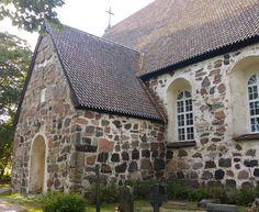 Nauvon kirkon rakennusrunko on jykevyydessään vaikuttava. Kuten keskiaikaisten kivikirkkojen yhteydessä yleensäkin ei tietoja suunnittelijasta ole säilynyt. Rakennusajankohdatkin ovat yleensä arvioita jotka pohjautuvat puuosien vuosirengasnäytteisiin kirkonkirjat kun näin vanhojen rakennusten kohdalla ovat hävinneet tulipalojen ja sotien yhteydessä.