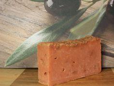 Sabonete oliva 50 Composição: Óleo de Oliva, Água, Óleo de Rícino, Óleo de Palmiste, Soda (NaOH), Óleo de Palma, Ácido esteárico, Manteiga de Karité. Corante mica vermelha Essências de Musk e maracujá.