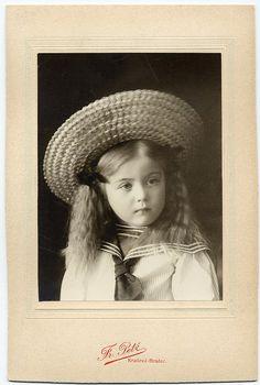 Girl In Straw Hat, vintage photo Vintage Children Photos, Vintage Pictures, Vintage Girls, Old Pictures, Vintage Images, Old Photos, Retro Vintage, Art Nouveau, Antique Photos