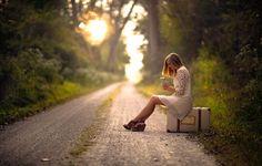 Фото с девушкой на дороге с букетиком полевых цветов #картинки #фото #девушка #дорога #лес #чемодан #природа