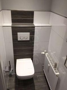 GroBartig Gäste WC Design   Klein Aber Fein Mit Toller Kombination Von Weiß  Glänzenden Wandfliesen Und Einer Holzoptik #fliesen #kalssiche #weiß  #kombiniert ...