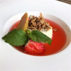 Monikas Matbod: Vaniljpannacotta med jordgubbs-rabarbersoppa