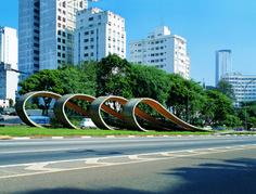 Ondas, 1988 [comemoração dos 80 anos de imigração japonesa] Tomie Ohtake (Japão/Brasil, 1913-2015) Concreto armado e pintado, 40 m de comprimento Avenida 23 de Maio Patrocinada e construída  pela Método Engenharia, SP Governo Municipal de São Paulo
