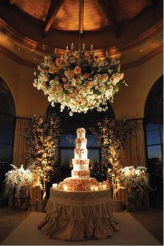 (Foto 4 de 12) Centros de Mesas Colgantes para Bodas. Imagen: Belle the Magazine, Galeria de fotos de Centros de mesas con flores colgantes para bodas