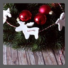 kerst slinger van klei figuurtjes (koek vormpjes)