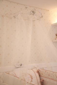 Quarto provençal: O véu do casamento da mãe foi usado como dossel. Lambril de gesso com pintura branca, papel de parede floral. Projeto Vitral arquitetura . interiores . iluminação #provencal #quartobebe #vitralarquiteturaeinteriores