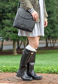 Peaches in a Pod shows us how to layer a summer dress for those warmer winter days and pairs it with hunter boots.
