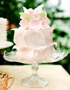 Matrimonio.it | Un castello, un giardino incantato, una principessa con un abito da sogno e un tocco di polvere magica delle fate! Questi gli elementi della fiaba che vi stiamo per raccontare... e, se lo vorrete, anche del vostro matrimonio!