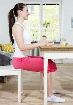 Övning 1: Tryck mot bordTräna 40 sek x 2.Sitt långt fram på stolen med händerna mot ett bord. Tryck mjukt ned händerna i bordet. Håll kvar spänningen (nivå 2) i 4-5 sekunder. Slappna av kontrollerat och upprepa direkt. Arbeta under 40 sekunder. Transversus Abdominis, Sit Ups, Health Fitness, Abs, Exercise, Workout, Home Decor, Platt Mage, Training
