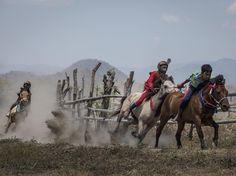 Unos niños jinetes compiten en las carreras tradicionales de caballos como parte del festival de Moyo, en la isla de Sumbawa, Indonesia.