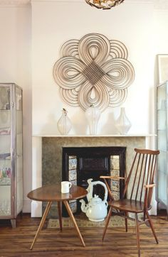 Un salon avec cheminée victorienne