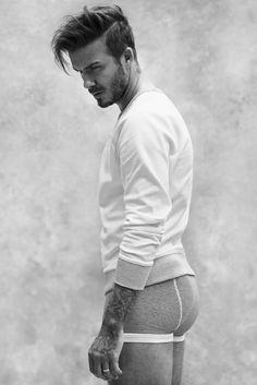 De mooiste tijd van het jaar? Niet de feestdagen of zomervakantie, maar het moment waarop H&M de nieuwe campagne met David Beckham onthult! En dit keer showt de voetballer méér dan alleen boxershorts.