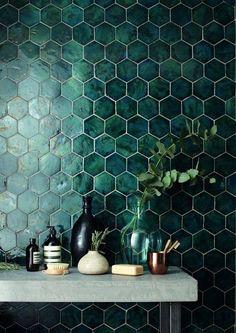De trendkleur Quiet Clearing is niet alleen prachtig als muurverf in de woonkamer, maar ook als badkamertegel. Deze zeshoekige groene badkamertegels geven een sjieke uitstraling aan jouw badkamer. | #quietclearing #groenemuur #groenetegels #trendhopper #kleurvanhetjaar