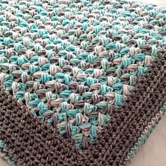 Zig Zag Puff Stitch Baby Blanket Featured on CrochetSquare.com ༺✿ƬⱤღ http://www.pinterest.com/teretegui/✿༻