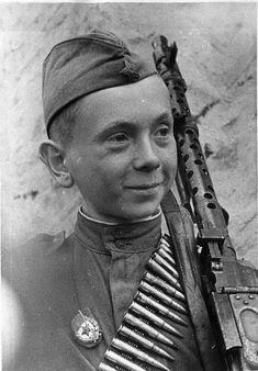 Юный Коля Леонтьев , убивший в первом бою 15 фашистов .