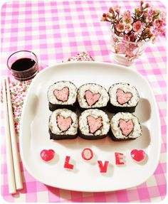 Heart shaped maki sushi for Saint Valentine's day - Saint Valentin Homemade Valentines, Valentines Food, Valentine Cake, Valentine Ideas, Rose Saint Valentin, Chocolate Bonbon, Sushi Love, Bento Recipes, Valentines Outfits