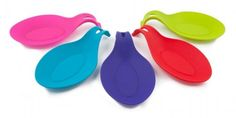 POGGIAMESTOLO - ZEAL Evita la confusione mettendo cucchiai, spatole, o qualsiasi altro attrezzo per la preparazione dei cibi nel porta cucchiaio a forma di piatto, lasciandoli in ordine e a portata di mano! Resistente al calore con un'impugnatura che si solleva per muoversi facilmente Disponibile in una varietà di colori vivaci ed stravaganti! Disponibile nei colori: ROSSO, GIALLO, VERDE, LILLA, BLU e AZZURRO.