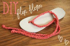 DIY-Flip Flops: Schneide ein Flip Flop förmiges Stück aus Moosgummi aus. Dann mit einer Schere 3 Löcher hineinbohren. Als letztes ein Stück Schnur durchfädeln und an der anderen Seite des Schuhs verknoten.