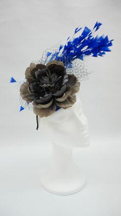 tocado de pluma azul y gris
