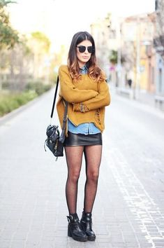 Got a black leather skirt - chambray shirt mustard sweater + hose and bikerboots= another outfit done! 30 Outfits, Mode Outfits, Fall Outfits, Casual Outfits, Fashion Outfits, Womens Fashion, Sweater Outfits, Look Fashion, Skirt Fashion
