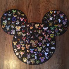 Painted Mickey cork board - The Trend Disney Cartoon 2019 Disney Pin Trading, Disney Diy Crafts, Disney Home Decor, Diy And Crafts, Jar Crafts, Summer Crafts, Souvenirs Disney, Disney Pin Display, Collection Disney