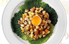 Broileripyttipannu asetellaan kauniisti savoijinkaalilehdelle ja tarjoilaan keltuaisen kera. Cobb Salad, Zucchini, Food, Eten, Meals, Squashes, Diet