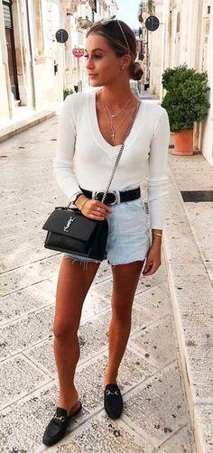 #GuitaModa. Blusa de manga branca, short jeans desfiado, cinto preto marcando a cintura, bolsa preta de corrente, mule, loafer