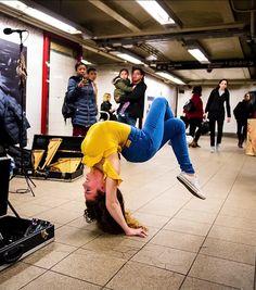 Sofie is just enjoying the music in the subway 😊 Flexibility Dance, Gymnastics Flexibility, Gymnastics Poses, Amazing Gymnastics, Rhythmic Gymnastics, Dance Photos, Dance Pictures, Sofie Dossi, Flexible Girls