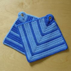 Wow, I'm really impressed how many people like those simple potholders. Since someone asked for a pattern and I couldn't find one in English, I thought I would give it a try and write my first pattern on my own. I'm pretty much used to the knitting terms in English, but never read a crochet pattern in a foreign language before, so I hope it makes some sense at all.