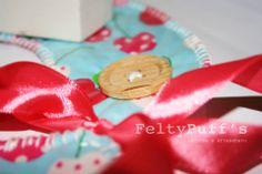 Bá Cherry's♥  Com tecido temático e plastificado, fita de cetim Rosal e botão em Madeira.