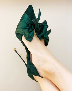 · These sublime evening shoes have been designed by Emmy, especially for the party season. Florence Greenery sits on a slim heel. The flattering half d'Orsay silhouette is finished with a playful… Pretty Shoes, Beautiful Shoes, Gorgeous Heels, Mode Shoes, Evening Shoes, Green Suede, Shoe Collection, Wedding Shoes, Gift Wedding