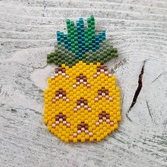 « tout juste fini, pas très original mais je suis #ananasaddict ! Dessin perso, feuilles à améliorer... sautoir ou broche? Matos de chez @perlesandco… »