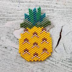 «tout juste fini, pas très original mais je suis #ananasaddict ! Dessin perso, feuilles à améliorer... sautoir ou broche?  Matos de chez @perlesandco…»