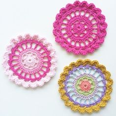 A simple, quick and easy mandala pattern and tutorial to use up leftover yarn. A simple, quick and easy mandala pattern and tutorial to use up leftover yarn. Crochet Mandala Pattern, Crochet Circles, Easy Crochet Patterns, Crochet Doilies, Crochet Flowers, Knitting Patterns, Snowflake Pattern, Crochet Gifts, Cute Crochet