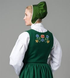 Nordland buand new back embrodery Folk Costume, Costumes, Norwegian Vikings, Headgear, Fashion History, Traditional Outfits, Norway, Sewing Crafts, Winter Hats