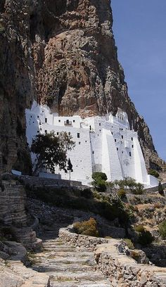 🇬🇷 Monastery of Panagia Hozoviotissa, Amorgos, Cyclades, Greece Places Around The World, Oh The Places You'll Go, Places To Travel, Places To Visit, Around The Worlds, Patras, Voyage Europe, Place Of Worship, Greece Travel