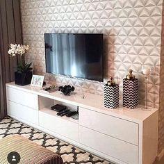 Uma linda inspiração pra quem gosta de rack branco.❤️ #inspiração #saladeestar #homeswethome #homedecor #decorandoape #decorandocomamor #detalhes #appequeno #apartamentodecorado #apartamentoprojetado
