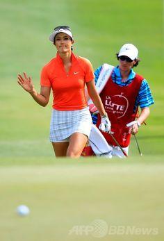 女子ゴルフ、LPGAロッテ選手権(LPGA Lotte Championship 2014)最終日。17番のグリーンに向かうミッシェル・ウィ(Michelle Wie、2014年4月19日撮影)。(c)AFP/Getty Images/Jamie Squire ▼20Apr2014AFP|ウィが4年ぶりツアー3勝目、LPGAロッテ選手権 http://www.afpbb.com/articles/-/3013073 #Michelle_Wie