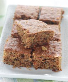 Recette du gâteau aux carottes américain. Délicieux, très moelleux et très facile à faire. Il contient aussi des noix, des raisins secs et des épices.