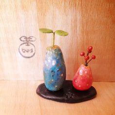 桃の節句❁立派な雛飾りを出すのは大変だけど楽しみたいという方にお雛様をイメージした対のお飾りをつくりました。粘土の黒塗り台に花模様を刻んで赤い器の雛鉢と、青い... ハンドメイド、手作り、手仕事品の通販・販売・購入ならCreema。