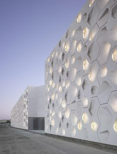 Contemporary Art Center Cordoba by Nieto Sobejano Arquitectos in Spain A As Architecture, Contemporary Architecture, Contemporary Art, Metal Facade, Facade Design, Exterior Design, Facade Lighting, Art Mural, Cordoba Spain