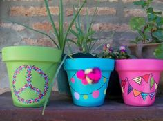Do you want that your plants with an own shine shine in your interior design? You can achieve this by decorate your flower pots and vases. Painted Plant Pots, Painted Flower Pots, Flower Pot Crafts, Clay Pot Crafts, Pottery Painting, Diy Painting, Recycled Toys, Flower Pot Design, Decoupage