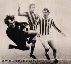 F.C. Internazionale Milano - Juventus Lido Vieri, in uscita, anticipa Roberto Bettega ... C'ero anch'io ... http://www.tepasport.it/ Made in Italy dal 1952